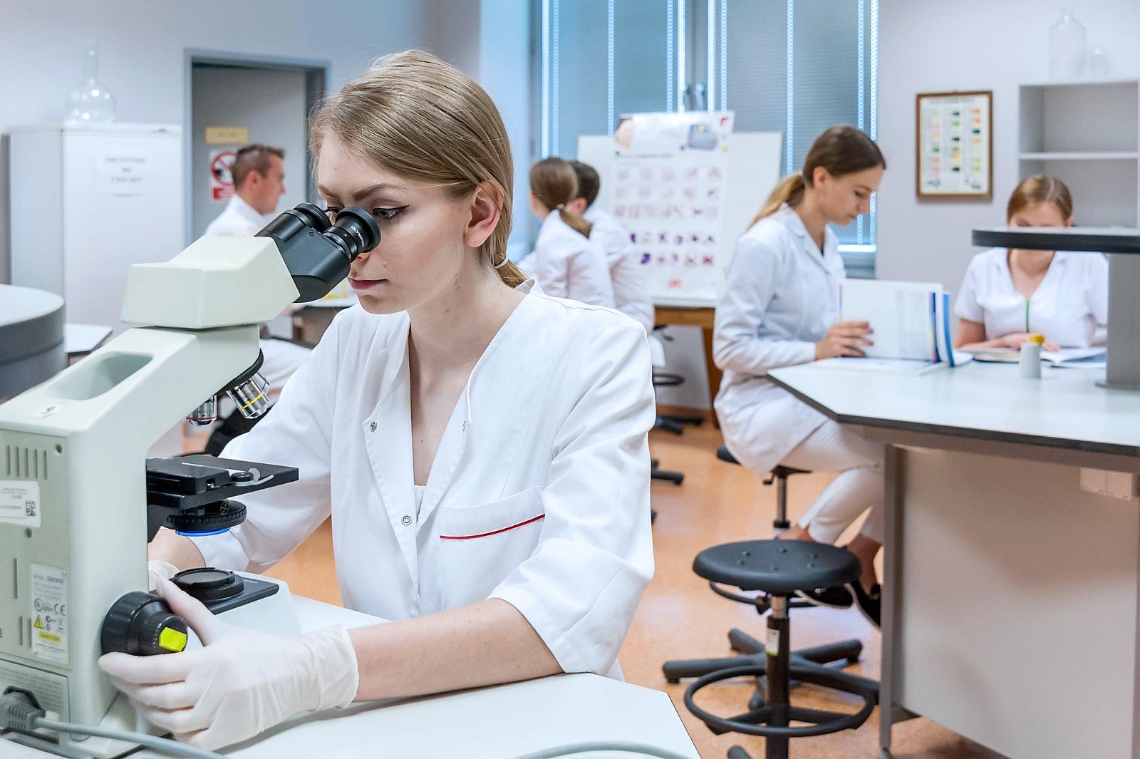 studenci farmacji Uniwersytet Medyczny we Wrocławiu